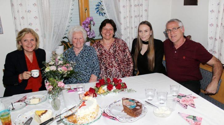 Bürgermeisterin Maria-Luise Mathiaschitz, Geburtstagskind Maria Stattmann, Tochter Barbara, Enkelin Christina und Schwiegersohn Siegfried.