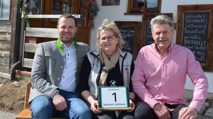 v.l.n.r.: Bürgermeister Christian Hecher, Hüttenwirtin Andrea Riedel und Gerhard Riedel.