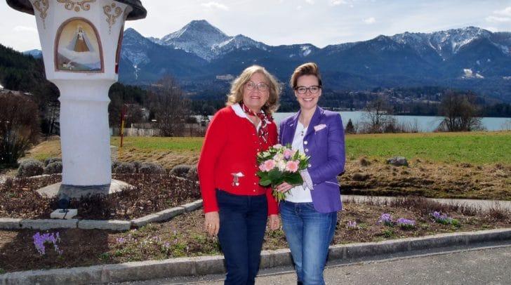 Stadträtin Katharina Spanring mit Hedi Preissegger beim Marterl in Egg.