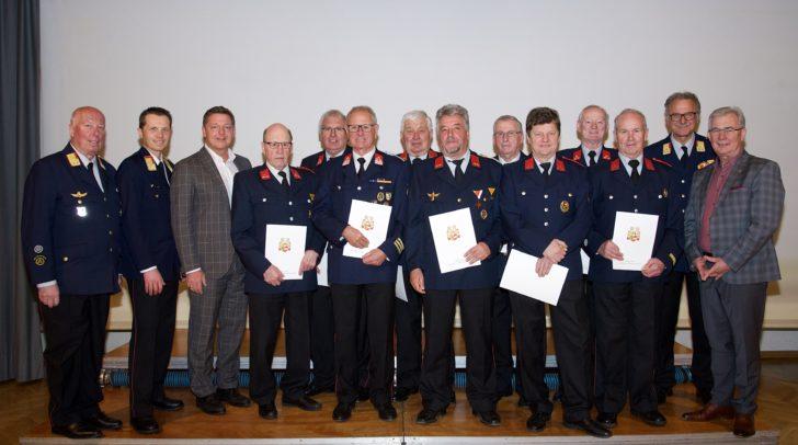 Gleiche mehrere Kameraden wurden für 50-jährige Tätigkeit im Feuerwehrwesen ausgezeichnet.
