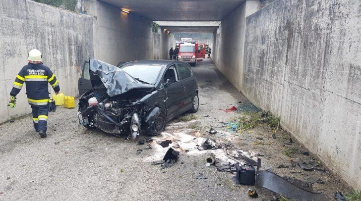 Der Schaden am PKW ist groß. Die Lenkerin konnte sich selbst aus dem Fahrzeug befreien.