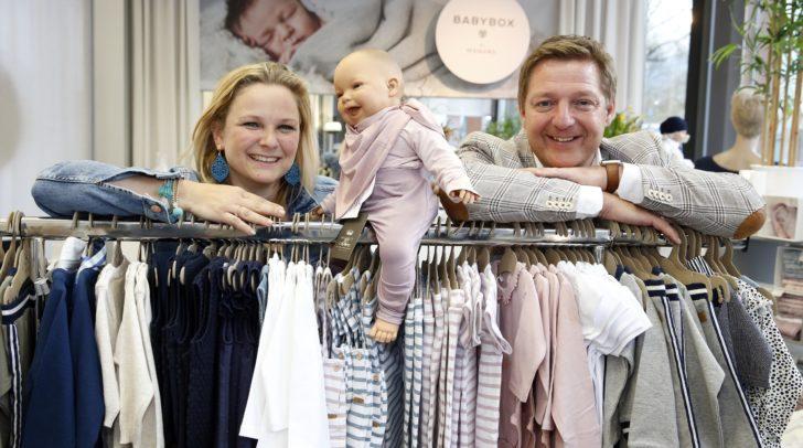Bürgermeister Günther Albel mit Geschäftsinhaberin Isabella Hold.