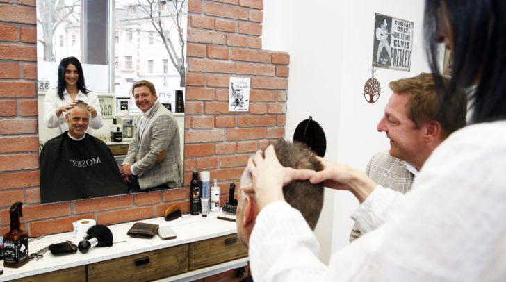 Bürgermeister Günther Albel mit Geschäftsinhaberin Mirjam Fantur und einem Kunden.