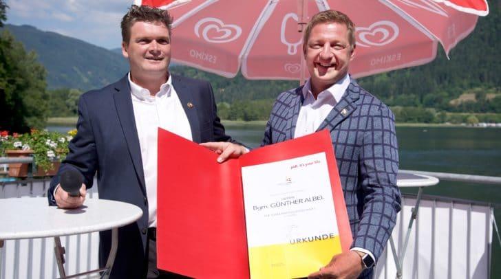 Hannes Loy, Obmann des Rudervereins Villach, mit Bürgermeister Günther Albel.
