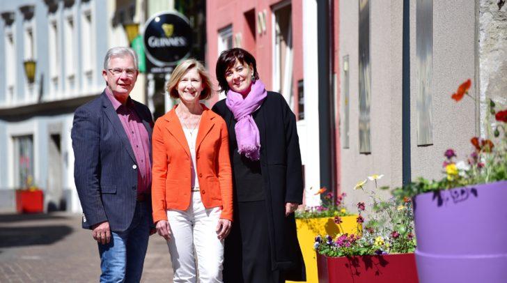 Stadtrat Harald Sobe, Petra Herbst-Pacher und Vizebürgermeisterin Petra Oberrauner mit den bunten Blumentöpfen in der Lederergasse.