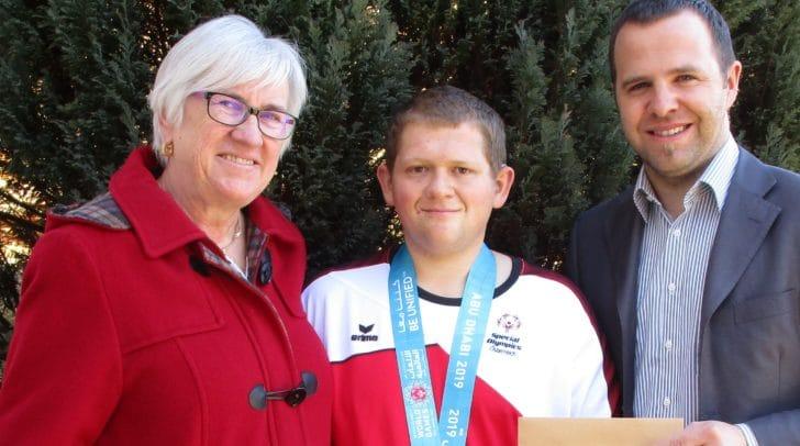v.l.: Amtsleiterin Christa Kröll, der Olympa-Segler Alexander Domenig mit seiner Silbermedaille und Bürgermeister Christian Hecher.