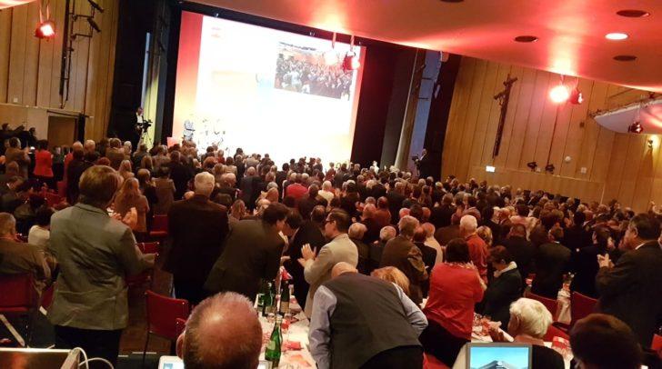 Standing-Ovations für den 24-jährigen Kärntner-SPÖ EU-Spitzenkandidaten Luca Kaiser nach seiner Rede am Parteitag.