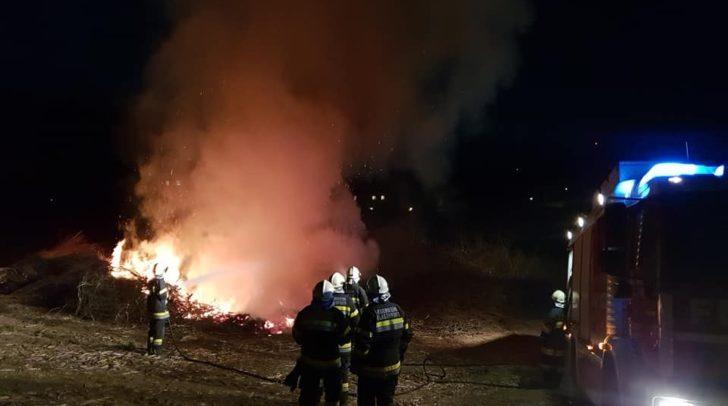 Das zu früh brennnende Osterfeuer konnte von den Einsatzkräften rasch gelöscht werden.