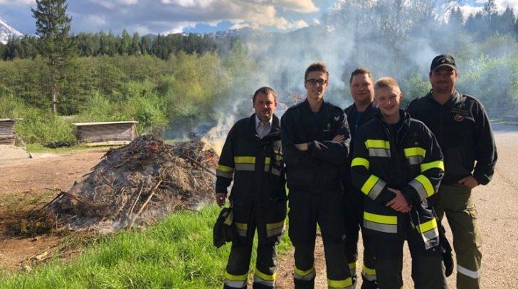Unter den Augen der FF Drobollach brennt das traditionelle Feuer