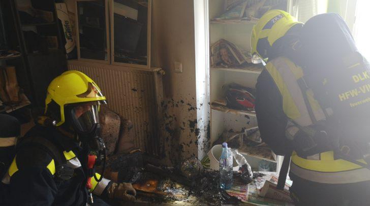 Einrichtungsgegenstände im Wohnzimmer standen in Flammen.