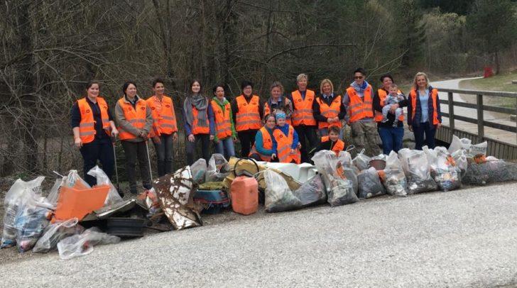 Hui statt Pfui: 24 HOFER-Mitarbeiter und drei fleißige Helfer engagierten sich in Villach gegen die Umweltverschmutzung