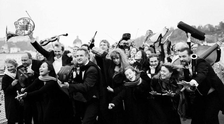 Die Musiker des Orchesters Camerata Salzburg am Markatsteg in Salzburg