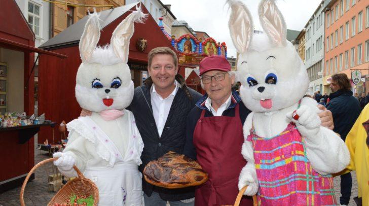 Feinste Kulinarik sowie viel Spiel und Spaß für Kinder am neu gestaltete Villacher Ostermarkt. Am Bild Karl Ilgenfritz mit Bürgermeister Günther Albel inmitten des Villacher Osterhasen-Pärchens.