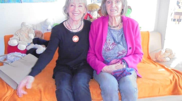 Die Schauspielerin Heidelinde Weis mit ihrer Schwester Ingrid Weiss, einer langjährigen Helferin im Lerncafé.