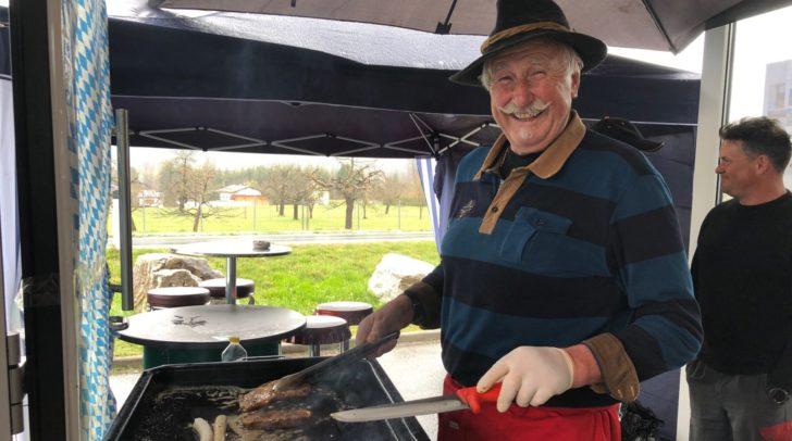 Auch das Grillen bleibt bei KFZ-Köstenbaumer in der Familie: Der Schwiegervater von Inhaber Mario Köstenbaumer sorgt für das leibliche Wohl.
