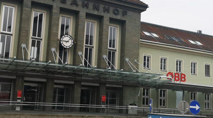 Beim Kreisverkehr vor dem Villacher Hauptbahnhof half die junge Frau einer verzweifelten Alkoholisierten.