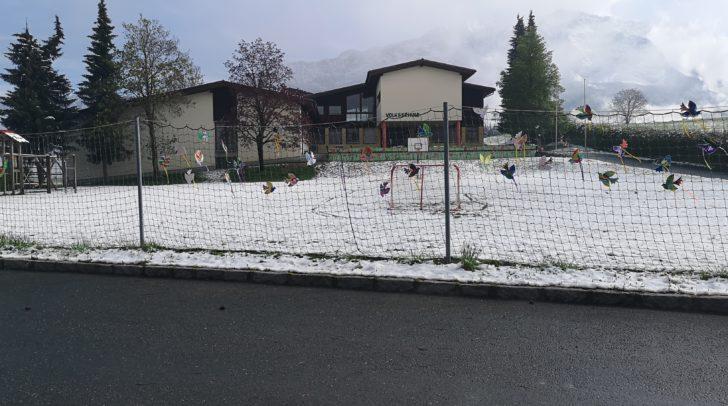 Vor Ostern wurde ein Mädchen auf dem Nachhauseweg von der Volksschule in Achomitz ebenfalls von einem Unbekannten mit Handzeichen näher gelockt.
