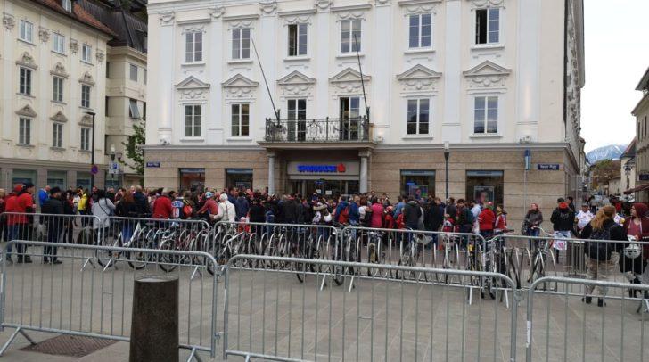 Zahlreiche Fans haben sich bereits rund um den Neuen Platz eingefunden, um ihre Stars live zu sehen.