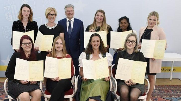 Übergabe der Zertifikate der Lehrgänge für Kleinkinderzieherinnen durch LH Dr. Peter Kaiser.