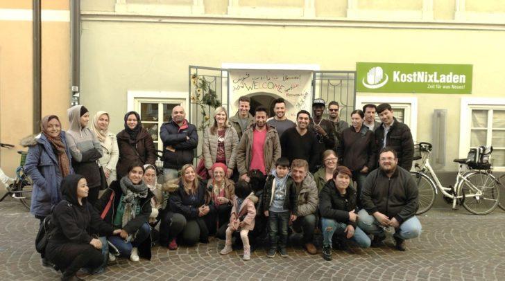 Rund 20 freiwillige Helfer sind noch bis Ende Juni im KostNixLaden tätig.