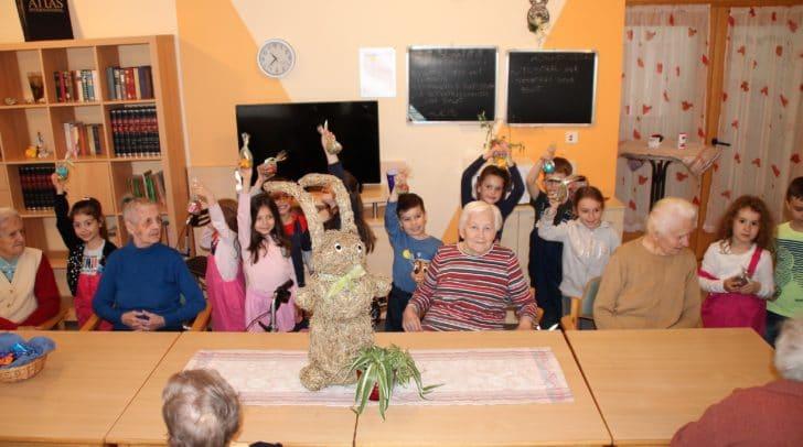 Osterstimmung bei den Kindern und Senioren im Pflegezentrum SeneCura