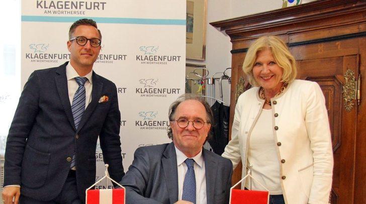 Der Schweizer Botschafter Walter Haffner trägt sich auf Einladung von Bürgermeisterin Dr. Maria-Luise Mathiaschitz in das Goldene Buch der Landeshauptstadt Klagenfurt ein.
