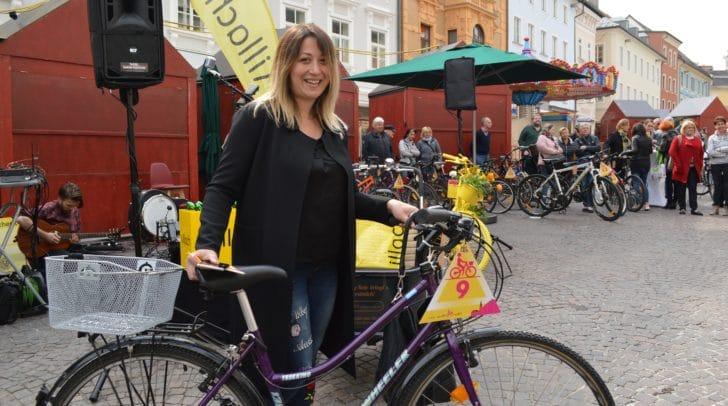 """Eröffnung Stadtradlsaison mit Räderversteigerung: Nina Martinovic freut sich über ihr """"neues"""" Fahrrad."""