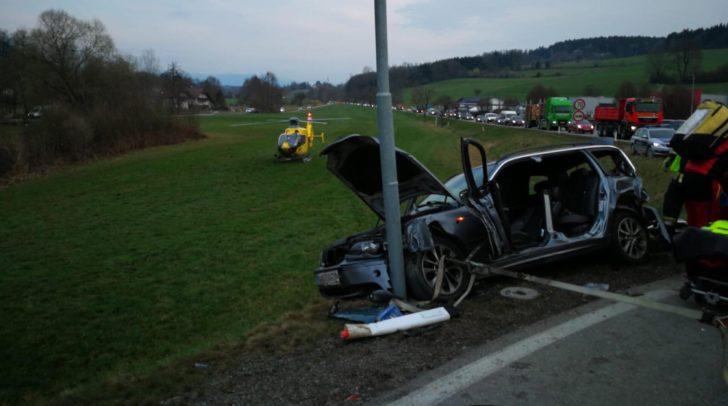 Crash in Moosburg. Eingeklemmte Person konnte befreit werden.