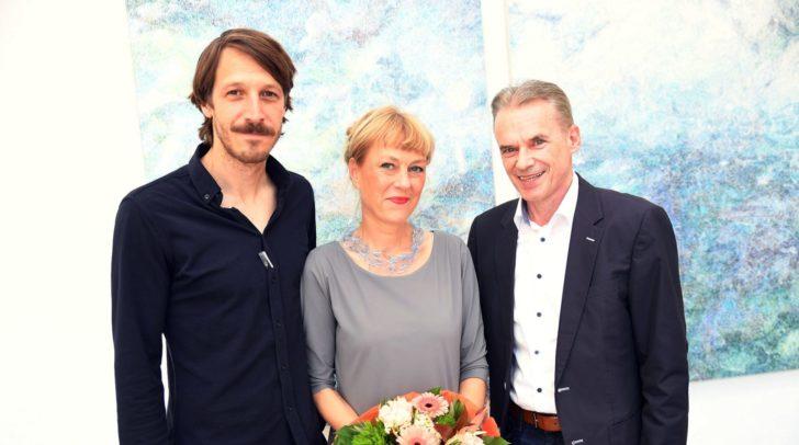Lena Freimüller, Thorsten Krieger und Bürgermeister Ferdinand Vouk bei der Eröffnung der Galerie3 in Velden.