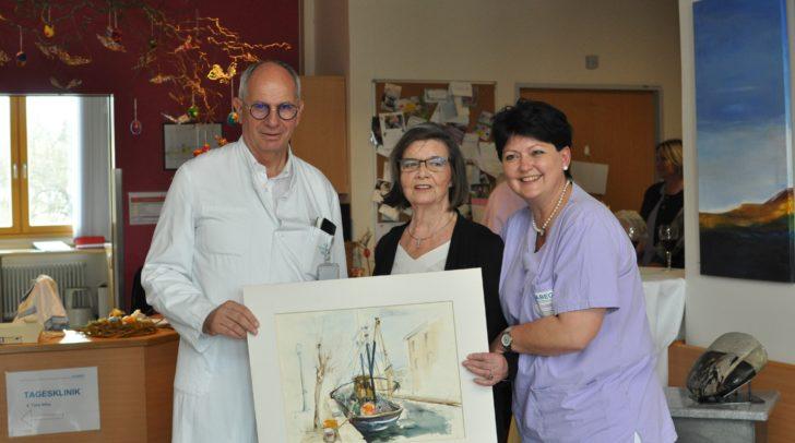 Abteilungsvorstand der Palliativmedizin Dr. Rudolf Likar und Stationsleiterin Monika Jahn mit der Künstlerin Igi Zacek