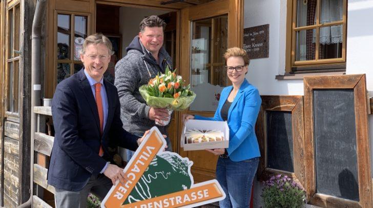 Johannes Hörl (GF Villacher Alpenstraßen FremdenverkehrsGmbH), Hüttenwirt Johannes Staudacher und Katharina Spanring (Tourismus-Stadträtin Villach)
