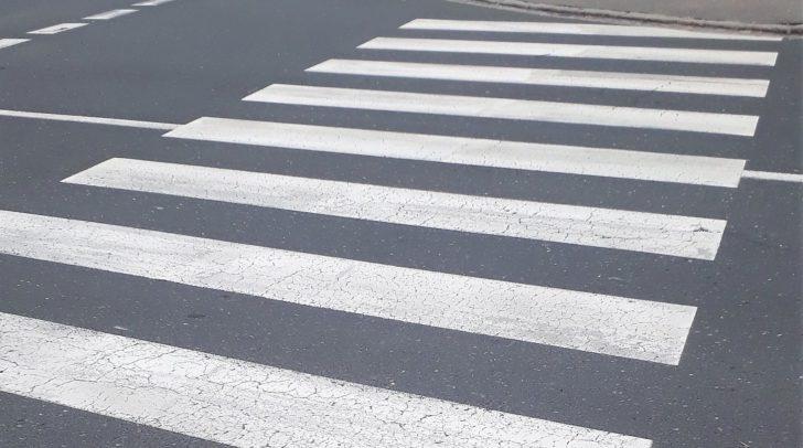 Eine 76-jährige Fußgängerin wurde heute beim Überqueren der Straße von einem PKW erfasst und dabei schwer verletzt.