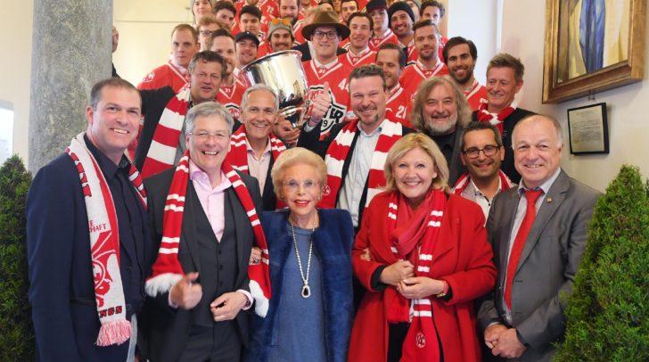 Die Meistermannschaft des KAC wurde von Bürgermeisterin Mathiaschitz im Rathaus empfangen.