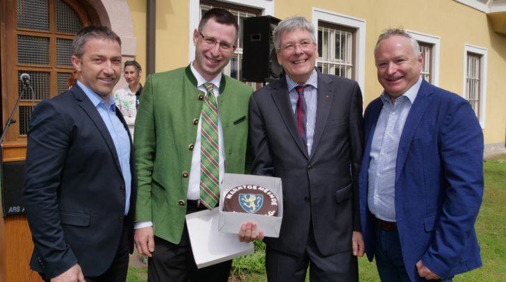 v.l.n.r.: Peter Politschnig (1. Vizebürgermeister Gemeinde Nötsch); Bürgermeister Alfred Altersberger; LH Peter Kaiser; Michael Rohr (2. Vizebürgermeister Gemeinde Nötsch)