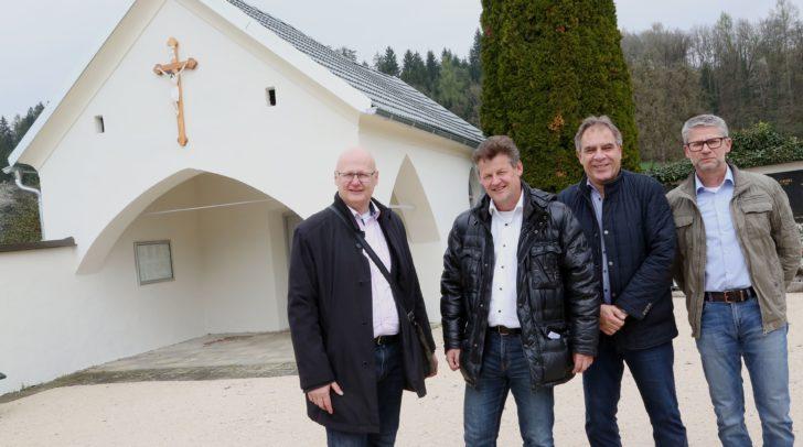 Freuen sich über die gelungene Sanierung: Stadtrat Christian Scheider mit Robert Slamanig (Facility Management), Manfred Widmer (Friedhofsverwaltung) und Horst Filips vom Gebäudemanagement (v.l.).