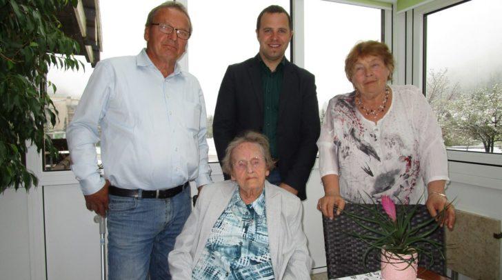 Herta Lackner mit Bad Bleibergs Bürgermeister Christian Hecher und ihren beiden Kindern Hans Peter und Ilse.