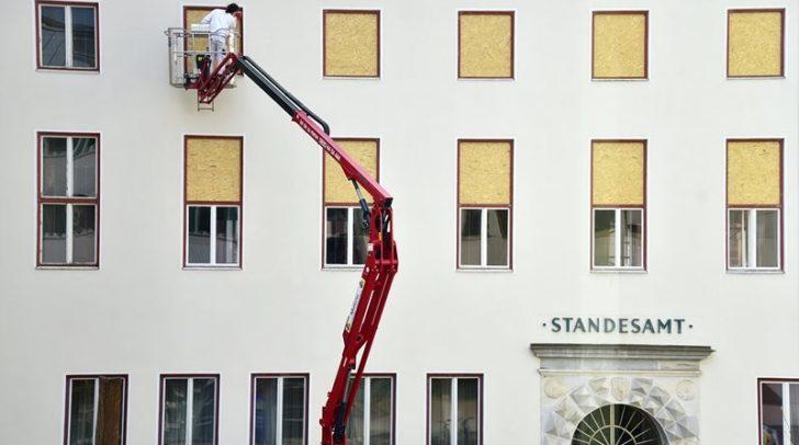 Derzeit werden die Fenster des Paracelsussaales im ersten Stock des Rathauses oberhalb des Standesamtes aufwändig erneuert.