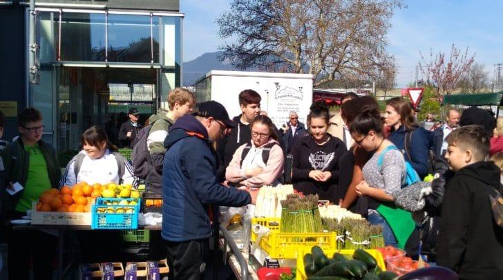 Bei einer Tour über den Bauernmarkt lernten die Kids viel über gesunde Ernährung.