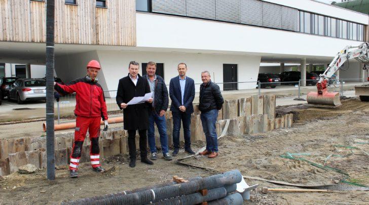 Entsorgungsreferent Vizebürgermeister Wolfgang Germ besichtigt mit Mitarbeitern der Abteilung Entsorgung die Kanalbaustelle.