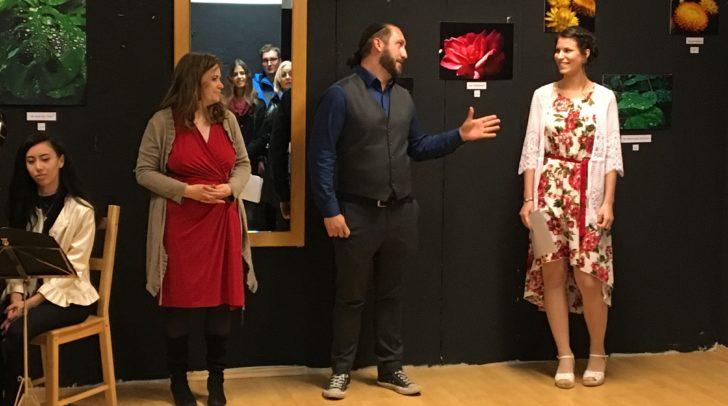 von links nach rechts: Harfenistin Caroline Steinacher, Kunst Raum Villach Inhaberin Olivia Clementschitsch, Gemeinderat Christopher Slug, und Künstlerin Anna-Lena Neuwirth
