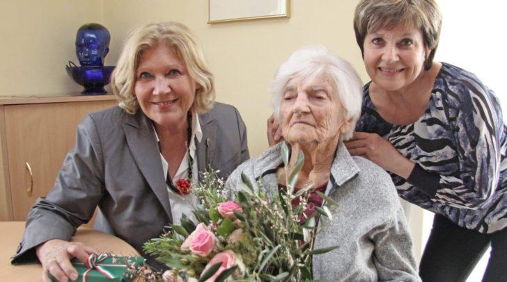 Theresia Plasounig mit Tochter Gerda Stelzl und Bürgermeisterin Maria-Luise Mathiaschitz.