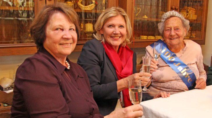 Bürgermeisterin Mathiaschitz, Geburtstagskind Mary Röser und Tochter Helga Rohrmeister.