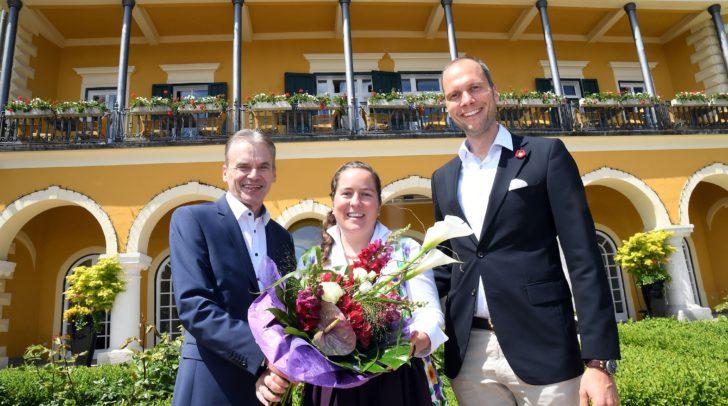 Bürgermeister Vouk mit dem Direktorenehepaar von Deines beim Tag des offenen Türe im Schlosshotel Velden.