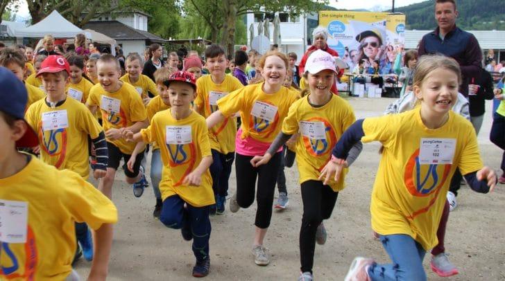 Mit Begeisterung waren die Läuferinnen und Läufer – im Bild die Volksschule 9 - für junge Menschen und Mütter in Not im Einsatz.