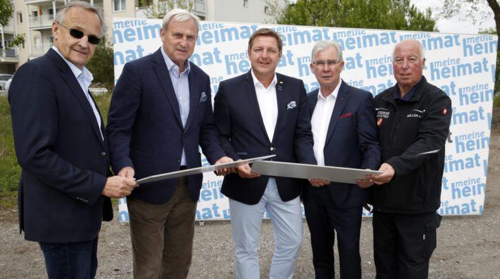 Von links: meine heimat-Direktor Dr. Oskar Seidler und Vorstandsvorsitzender-Stellvertreter Karl Woschitz, Bürgermeister Günther Albel, Stadtrat Harald Sobe und Horst Müller, Kommandant der FF Perau.