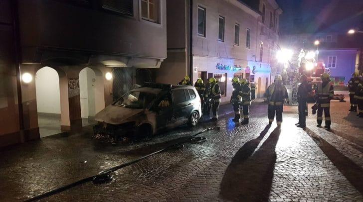 Das Polizeiauto brannte am 10. Mai komplett aus und auch eine Fassade wurde in Mitleidenschaft gezogen.