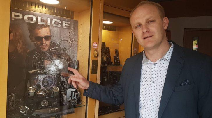 Ein unbekannter Täter versuchte die Uhren aus dem Schaukasten des Juweliers zu stehlen.