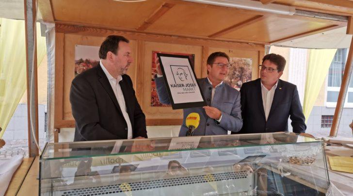Stolz prästentieren Bürgermeister Günther Albel (mitte) und die Stadträte Erwin Baumann (links) und Christian Pober (rechts) das neue Konzept des