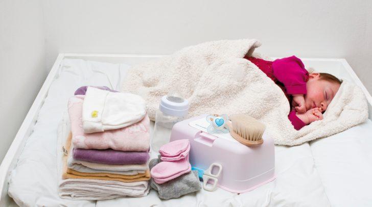 Das Babypaket der Caritas enthält Babynahrung, Windeln, Bodys, Hauben und Westen fürs Neugeborene.