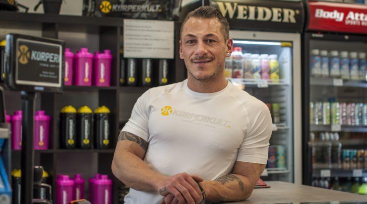 Dario Nonnis, Store Manager im Körperkult Klagenfurt, begleitet dich auf deiner Reise zur Traumfigur.